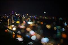 Vage dramatische nachtmening van stad met samenvatting van leiden, neonlichten en mooie bokeh Royalty-vrije Stock Fotografie