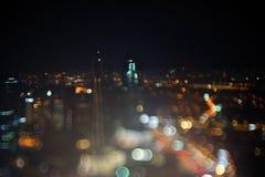 Vage dramatische nachtmening van stad met samenvatting van leiden, neonlichten en mooie bokeh Royalty-vrije Stock Foto's