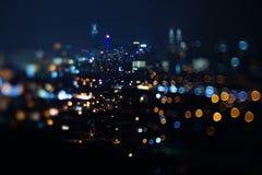 Vage dramatische nachtmening van stad met samenvatting van leiden, neonlichten en mooie bokeh Royalty-vrije Stock Afbeelding