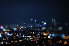 Vage dramatische nachtmening van stad met samenvatting van leiden, neonlichten en mooie bokeh Stock Fotografie