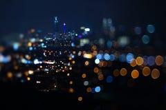 Vage dramatische nachtmening van stad met samenvatting van leiden, neonlichten en mooie bokeh Stock Foto's