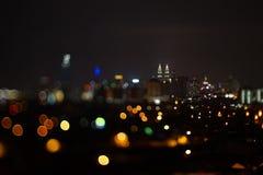 Vage dramatische nachtmening van stad met samenvatting van leiden, neonlichten en mooie bokeh Stock Foto