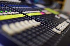 Vage Generische Foto van van de Uitzendingssoundboard van de Overlegmuziek de Mixer en de Equaliser met Schuiven Ondiep diepte-va Royalty-vrije Stock Afbeeldingen