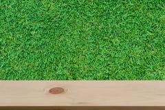 Vage grasachtergrond met lege houten Stock Afbeeldingen