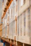Vage het rekgoederen van het fabriekspakhuis Stock Afbeeldingen