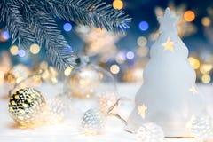 Vage Kerstmis steekt achtergrond met sparrentak en HOL aan Stock Afbeeldingen