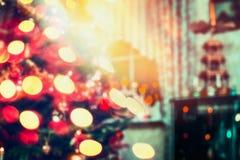 Vage Kerstmisachtergrond, huisscène in ruimte met Kerstboom en vakantie bokeh Royalty-vrije Stock Foto's