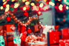 Vage Kerstmisachtergrond met Kerstboom, giften en vakantie bokeh in blauwgroene verrotting Royalty-vrije Stock Afbeelding