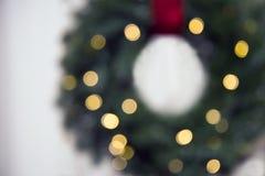 Vage Kerstmisachtergrond met verlicht door slingerkroon stock foto
