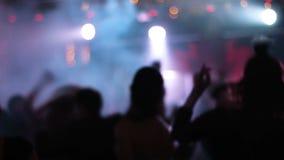 Vage lengte van gekke overvolle partij met mensen die op dancefloor dansen, golvend hun handen, die ontzagwekkend voelen stock videobeelden
