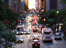 Vage lichten van auto's en bussen op 42ste Straat in de Stad van New York stock foto's