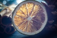 Vage macro droge sinaasappel en pijpjes kaneel Stock Afbeeldingen