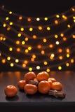 Vage Mandarins en Kaneel van de Kleurenlichten van Defocused Multikerstmis Als achtergrond Royalty-vrije Stock Foto
