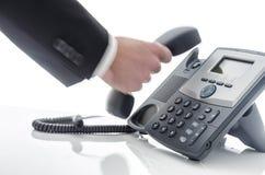 Vage mannelijke hand die een telefoon met behulp van Royalty-vrije Stock Afbeeldingen