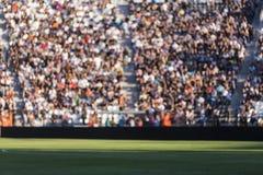 Vage menigte van toeschouwers op een stadiontribune bij sportief e stock foto