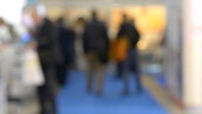 Vage mensen Als achtergrond bij wandelgalerijtentoonstelling stock videobeelden
