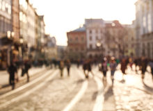Vage mensen als achtergrond in stadsvierkant van oude stad bij zonsondergang royalty-vrije stock foto