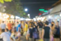 Vage mensenachtergrond die bij achtergrond van het markt de eerlijke onduidelijke beeld met bokeh winkelen Stock Foto's