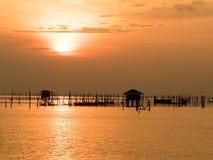 Vage mooie zonsondergang boven het overzees in Thailand Silhouet van viskwekerijen bij zonsondergang stock foto