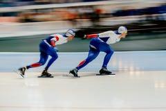 vage motie twee de op te warmen schaatsers van de mensensnelheid royalty-vrije stock fotografie