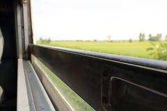 Vage motie van de mooie mening van het aardlandschap van het venster van de trein Selectieve nadruk en ondiepe diepte van gebied Stock Foto