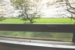 Vage motie van de mooie mening van het aardlandschap van het venster van de trein Selectieve nadruk en ondiepe diepte van gebied Stock Foto's