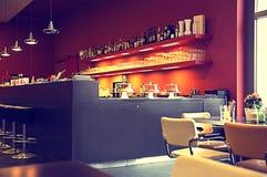 Vage multicolored interi of als achtergrond koffie in een moderne stijl van purple en kersentonen, als screensaver, Behang stock foto's