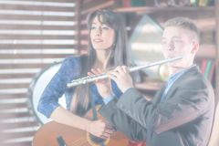 Vage overgebelichte foto voor achtergrondgebruik Een kerel in een kostuum met een fluit, een meisje in een blauwe kleding met een stock foto's
