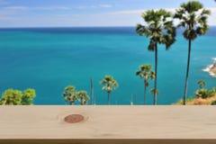 Vage palmen blauwe overzees & hemelachtergrond met lege houten Stock Foto