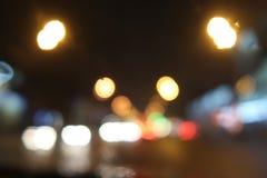 Vage verkeerslichtenachtergrond met flarden van weerspiegeld licht royalty-vrije stock foto's