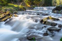Vage water en waterval op een rivier Royalty-vrije Stock Foto's