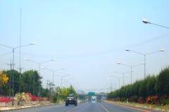 Vage weg en autosamenvatting als achtergrond van Lange wegmanier in stad met auto royalty-vrije stock afbeelding