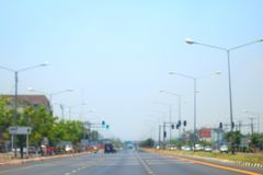 Vage weg en autosamenvatting als achtergrond van Lange wegmanier in stad met auto royalty-vrije stock foto's
