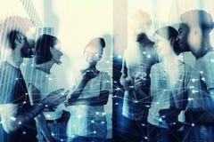 Vage zakenlieden die in bureau samenwerken Concept groepswerk en vennootschap stock afbeelding