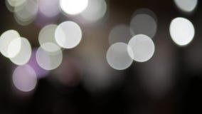Vage zwart-witte lichten bokeh Het dansen trucs in geel Champagne met vliegende ballons en ge?soleerde santahoed stock video