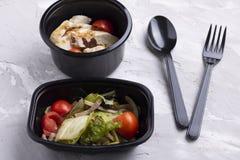 vagem, folhas da salada e couve verdes cozidas com pão da grão, salada do vegetariano imagem de stock royalty free