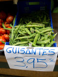 Vagens de ervilhas verdes em um mercado Fotos de Stock Royalty Free