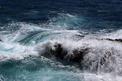 Vages UNO-rocher en-mer mediterranee sur Se brisant lizenzfreies stockbild