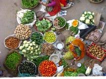 Vagetables och frukt i en indisk marknad, från över arkivbild