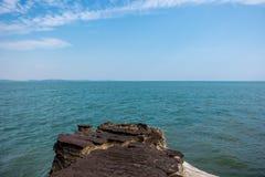 Vagga ön i förgrund Arkivfoto