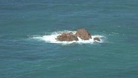 Vagga ön i havvatten stock video