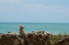 Vagga att balansera på stranden royaltyfri foto