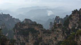Vagga berg på den Zhangjiajie nationalparken i Hunan, Kina arkivfilmer