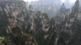 Vagga berg på den Zhangjiajie nationalparken i Hunan, Kina stock video