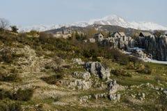 Vagga berget med bakgrunden av det snöig maximumet Arkivbilder