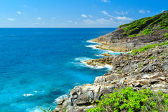Vagga berget med det blåa havet på blå himmel Royaltyfri Bild