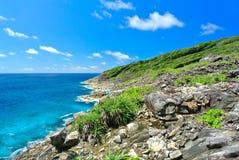 Vagga berget med det blåa havet på blå himmel Fotografering för Bildbyråer