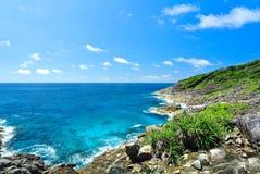 Vagga berget med det blåa havet på blå himmel Arkivbild