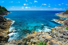 Vagga berget med det blåa havet på blå himmel Royaltyfri Fotografi