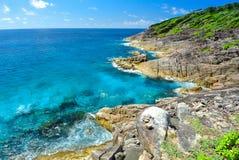 Vagga berget med det blåa havet på blå himmel Royaltyfri Foto
